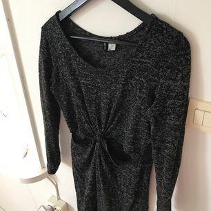 Midiklänning med cutouts i skönt material