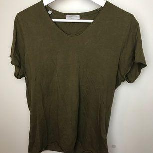 Snygg militär grön T-shirt, sitter bra och man får snygga armar i den. Hör av dig för fler bilder eller frågor