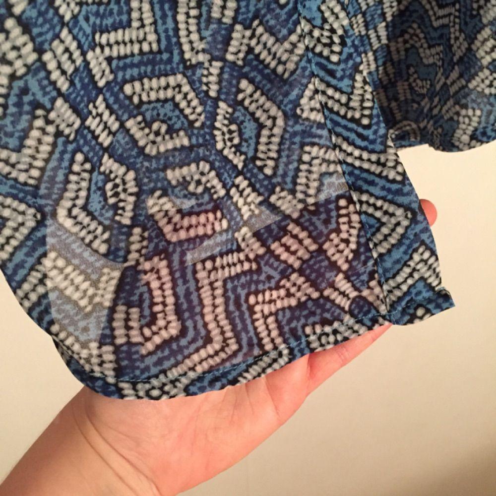 Superfin lång skjortklänning från Monki.  Storlek XS. Den är använd lätträknade gånger då den är för liten för mig. Klänningen är lite semi-transparent (vilket syns på bild tre) och har ett avtagbart snöre i midjan som kan justera om en vill ha överdelen lite