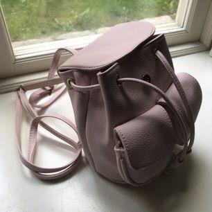 Liten ljusrosa ryggsäck från Bershka. Aldrig använd 🌸