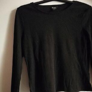 ◼️ Snygg långärmad tröja från Monki,säljes pga att jag aldrig använder den längre! Ribbat tyg, något