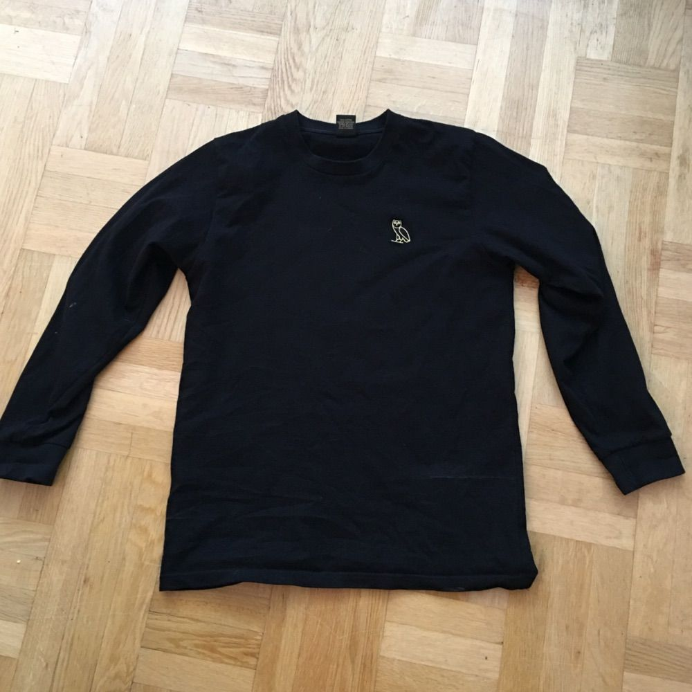 Långärmad svart tröja i storlek medium märket