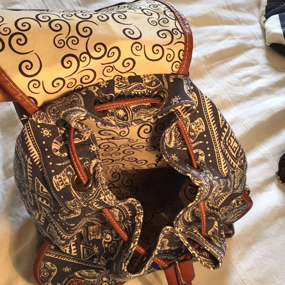 Jättesöt, ganska liten ryggsäck (ca 30 cm hög) med mönster av elefanter på. Helt oanvänd! Två fickor på framsidan som stängs med hjälp av magneter, men ser ut som knäppen av läder, precis som på det stora facket. En ficka på baksidan med dragkedja finns som rymmer till exempel en smartphone. Inuti finns två små fack för till exempel telefon eller plånbok samt en ficka med dragkedja! Frakt tillkommer. Väskor.