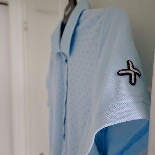Ljusblå pikéskjorta i storleken S av märket Cross Sweden. Stretchigt material som gör pikéskjortan väldigt bekväm. Köparen står för frakt.