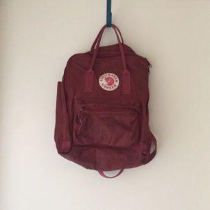 Röd fjällrävenryggsäck, nypris 895kr! Frakt tillkommer