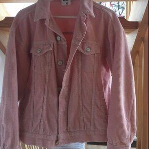 Superfin rosa manchesterjacka från Urban Outfitters. Endast använd ett fåtal gånger, då det inte riktigt är min stil. Nypris 650 kr.