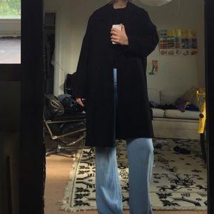 En rejäl kappa från weekday i oversized modell som funkar både till vintern och hösten. Använd, men i gott skick!