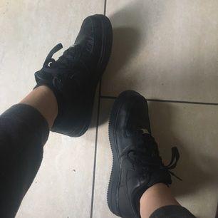 Svarta Nike Air Force 1, storlek 40! Använt Max 5 gånger, säljer pga att dem är förstora.  Pris kan diskuteras.