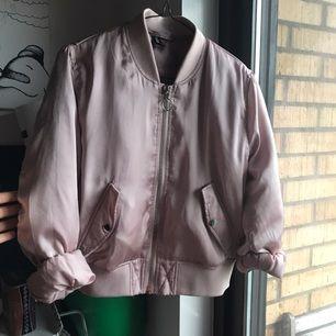 Blekrosa satin bomberjacka säljes! Från HM i storlek 40 men liten i sizen då jag är en small och den är bra i storleken och midjekort, skulle säga att den Passar XS-M.  Sitter jättefint och jättebekväm!  Perfekt höstjacka med en hoodie under ✨ Jag tar swish! 🌸🌼🌺
