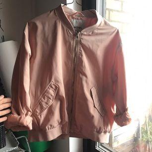 Jättefin puderrosa bomberjacka från Monki! Perfekt höstjacka med en hoodie eller kofta under. Säljes pga garderobsrensning.  Pris kan diskuteras vid snabb affär 😊 Jag tar swish🌺🌼🌸