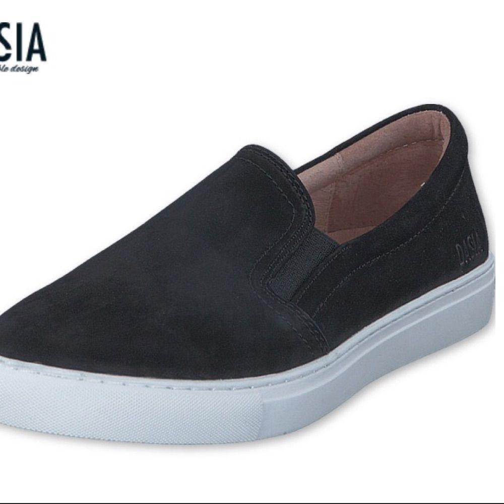 8d3e7ee7be0 Säljer ett par svarta, jättefina och populära slip-in skor från märket  Dasia.