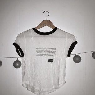 Vit T-shirt med en text✨