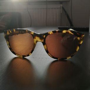 ◼️ Vintage solglasögon. Sköldpaddsmönster, bruna glas. Något slita, men fortfarande i bra skick! Föredrar Swish! Frakt ingår! Kan buntas ihop, läs min profil! ◼️