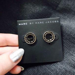 Marc Jacobs örhängen i svart och guld!⭐️ FRI FRAKT!  12mm i diameter