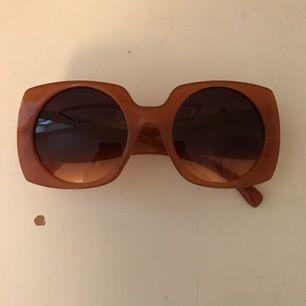 Solglasögon från Zara. Aldrig använda. Fodral medföljer.