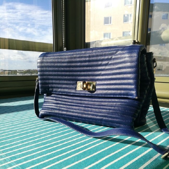 a very elegant blue bag, used two or three times. Väskor.