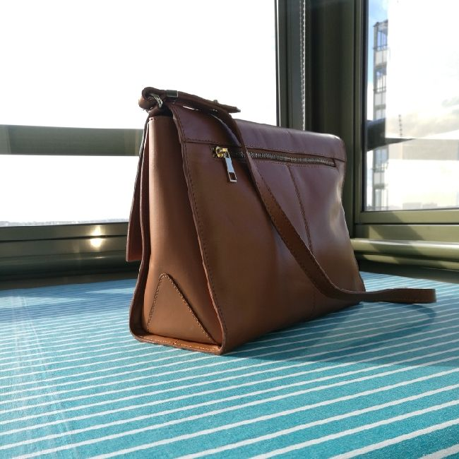 very chic camel leather bag, only small problem, closing is to squeeze. Väskor.