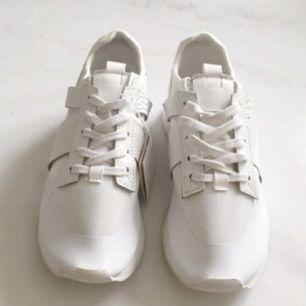 Oanvända skor från Zara i stolek 37. Ligger kvar i lådan.