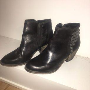 Oanvända boots med liten klack från bikbok. Nypris 999. Möts gärna upp i Sthlm annars tillkommer frakt!