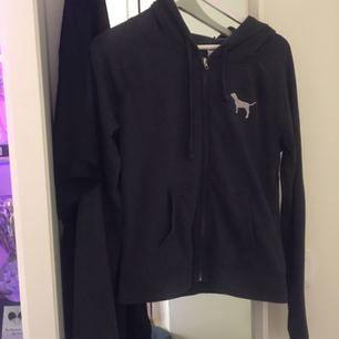Pink hoodie i grå, fin och använd fåtal gånger