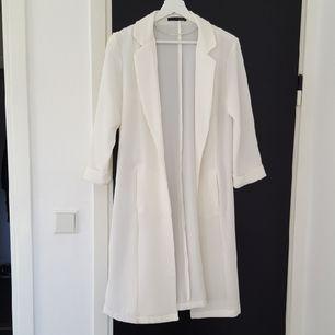 Superfin vit Trenchcoat! Endast använd vid ett par tillfällen. 🌼