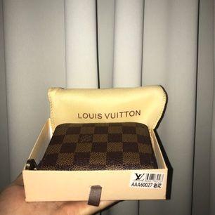 Louis vuitton plånbok 💞som jag nu vill sälja, få gånger till användning! Jätte fin liten plånbok med många kortfack🔥 Inga repor eller några förändringar. Finns i Gävle men annars kan jag också frakta! Funderingar? 👉🏻 skriv till mig 👈🏻