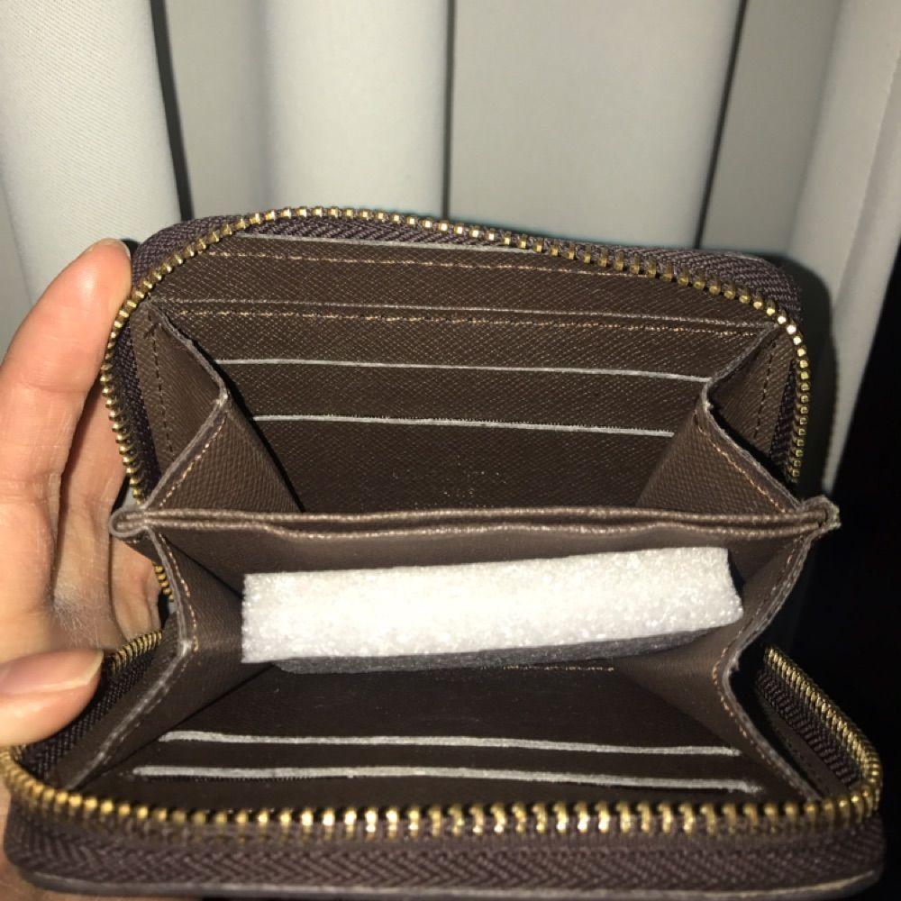 Louis vuitton plånbok 💞som jag nu vill sälja, få gånger till användning! Jätte fin liten plånbok med många kortfack🔥 Inga repor eller några förändringar. Finns i Gävle men annars kan jag också frakta! Funderingar? 👉🏻 skriv till mig 👈🏻 . Accessoarer.