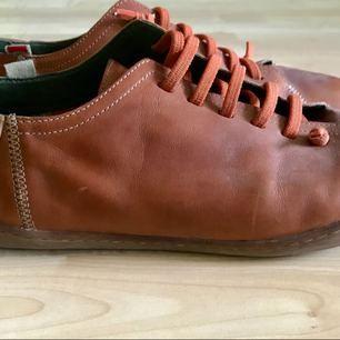 Hej!  Säljer mina skor av exklusiva märket Camper, en smart-aning lekfull par som passar både till denim som chinos/byxor.  Väldigt fint skick! Nypris : 1499 KR