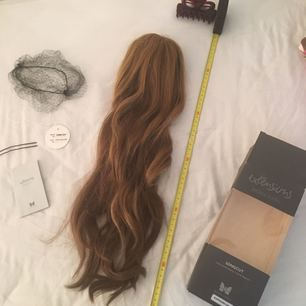 Säljer ni min extension från Björn Axén. De är en naturlig hårförlängning i levande färgtoner. Använda endast en Gång. All tillbehör följer med, nät, klipps och hårnål. Längden är mer än 55cm (se måttband). Färgen är ljus brun / mörk blond.