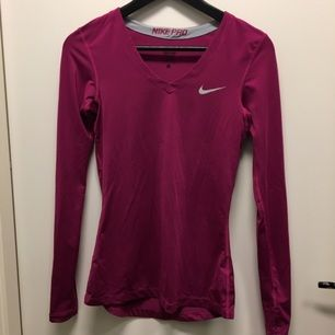 Tight långärmad sporttröja från Nike. Tunn och tight men sjukt snygg! Är i storlek S men funkar bra för XS