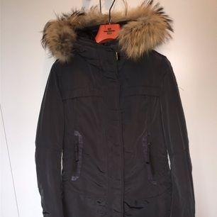 Säljer min vinter jacka från märket Parajumpers. Modellen heter Selma och jackan är figursydd! Jackan är äkta och har kvitto. Pris kan diskuteras vid snabb affär!