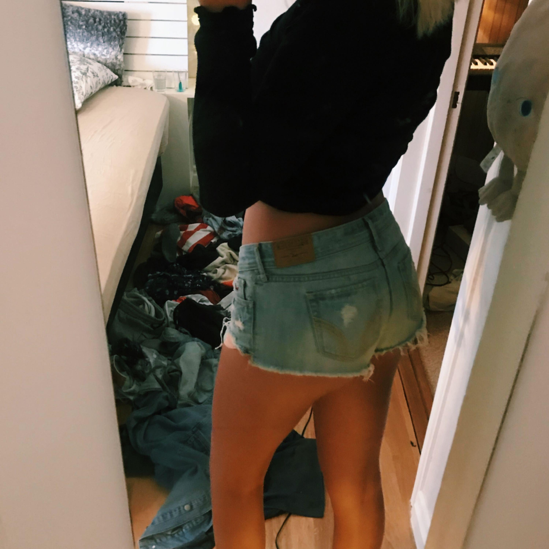 Hollister shorts med regnbågs fickor. Som ni ser på bilden så är dom aningen för korta för mig som är 1.80 lång, skälet till att jag väljer att sälja dem.. Shorts.