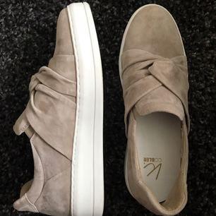 Helt nya skor från märket K.Cobler! Nypris 999:-. Mamma köpte de i stockholm men de är tyvärr för små för henne så nu vill hon sälja dem till någon annan så de kommer till användning. Frakt ingår i priset:) kan hämtas i Växjö