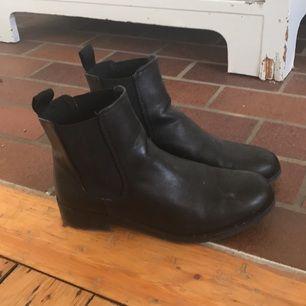 Snygga skor från Monki! Använda bara vid få tillfällen förra hösten. Har sedan stått i garderoben sen dess.  Snygga nu till hösten🌹