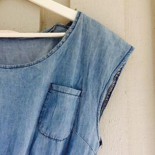 Fin jeansklänning med bröstficka och sidofickor, resår i midjan och hylsor för skärp.   Finns i Göteborg. Kan fraktas för 30kr.