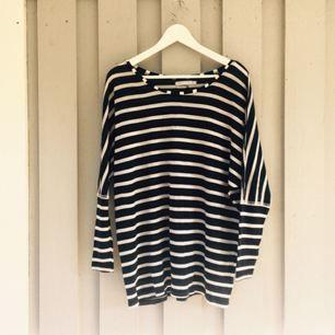 Härlig, randig och skön tröja i marinblått och vitt. Står att det är xs men den känns mer som en S eller M. Frakt 30kr.
