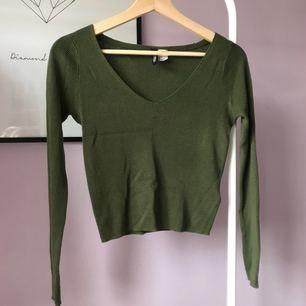 Basic, ribbad och mörkgrön tröja från H&M, sparsamt använd 🙌🏼