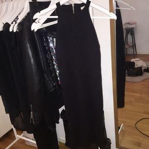 Perfekta lilla svarta! går till över knäna, skönt material och i fint skick. Dragkedja som går halvvägs så lätt att ta på/av!