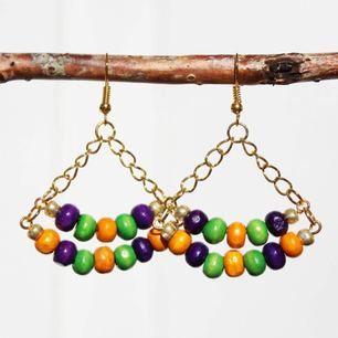 Färgglada pärlörhängen! Finns i två olika nyanser.  Frakt 7kr.
