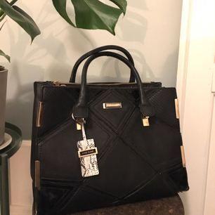Fin väska i svart läderimitation och bra skick. Perfekt att ha till skola eller jobb. 💅