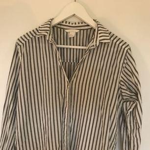 Snygg skjorta från H&M, använd två gånger så den är som ny! Den är lite skrynklig och äger inger strykjärn men går lätt att fixa!!!