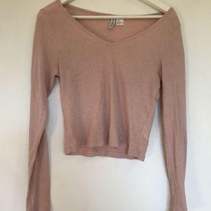 Snygg lite croppad tröja från H&M, används inte längre av mig men den är i väldigt fint skick:)