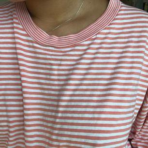 En så himla snygg T-shirt som är för stor för att jag ska använda den! Den är så bekväm och skulle passa en L eller XL om man inte vill ha den oversize! På första bilden ser ni färgen bäst👍 Den är köpt second hand men fint skick