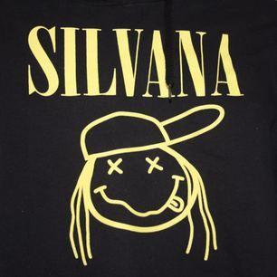 Sparsamt använd Svart silvana imam hoodie med gult tryck