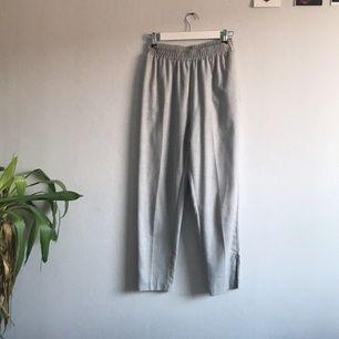 Världens skönaste byxor från HM. Justerbara dragkedjor längst ner i benen. Byxorna är vadlånga och tyvärr knappt använda.