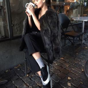 Säljer min älskade pälsjacka från hollies. Köpt i Stockholm för 5600:-, säljer den för 3000!! Stl 40 & sitter lite oversize på mig som har stl 36 (snyggt när den inte är för tajt) bra längd i armarna!! Färgen är en blandning mellan svart, mörk grå & lite brunt, verkligen super fin & varm till vintern