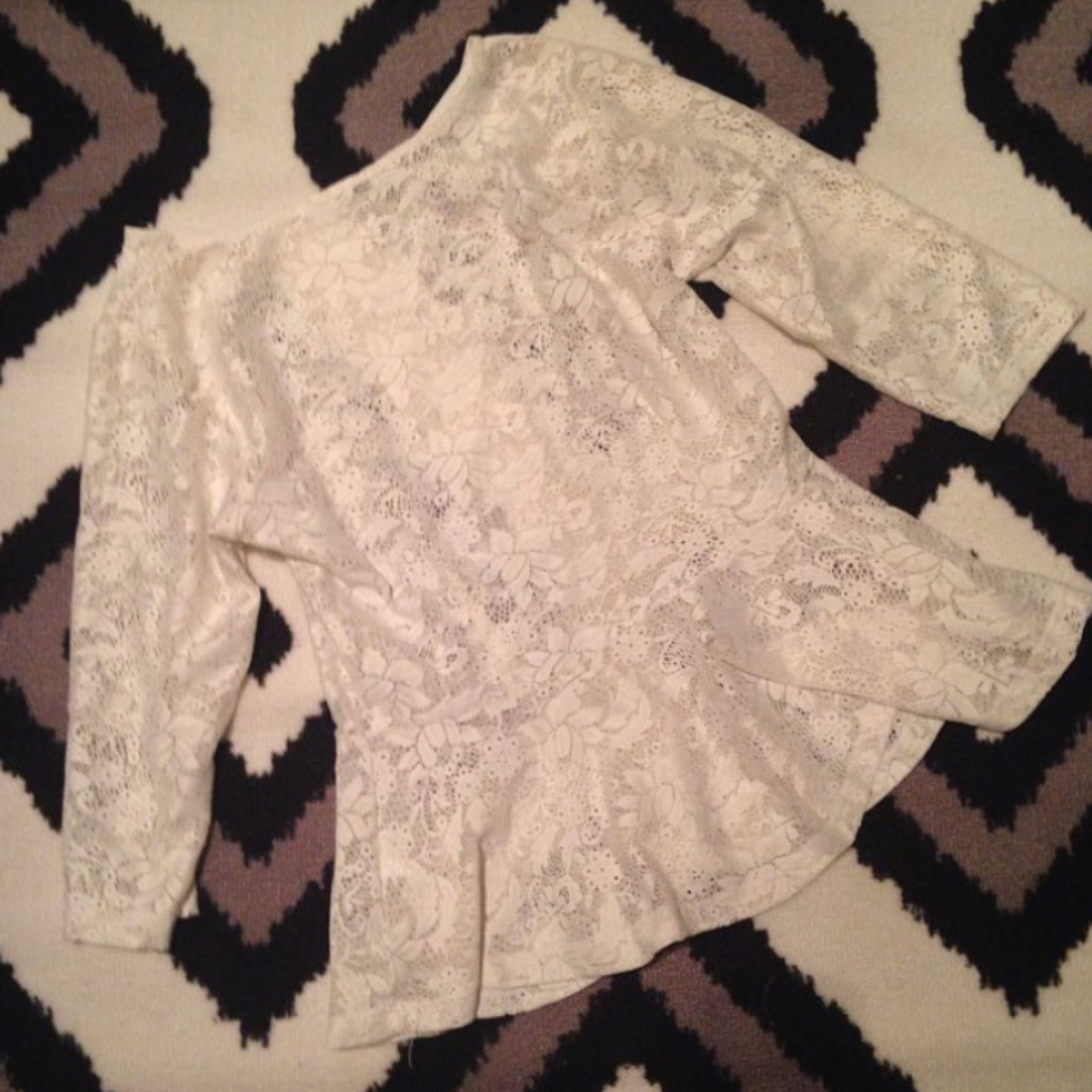 Fin tröja i spets. Använd ca 2-3 ggr. Nypris 200. Köparen står för frakt. . Toppar.