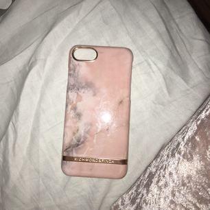 Mobilskal ifrån Richmond & Finch!  Jätte snygg rosa marmor som passar till Iphone 7(s) men även Iphone6(s). Nypris 399kr, pris kan diskuteras vid snabb affär. Den har en liten spricka som syns på bild, men ej på telefonen. 😁😁😁