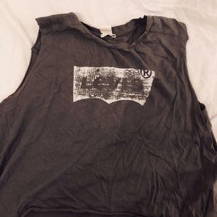 Cropped Levis linne med snyggt slitage. Har använt den 1-2 ggr. Jättefint skick.