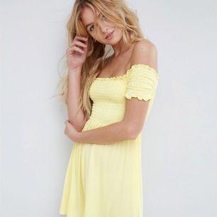 Härlig gul off the shoulder klänning från ASOS i storlek XS.